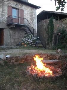 una hoguera romantica en frente del torre